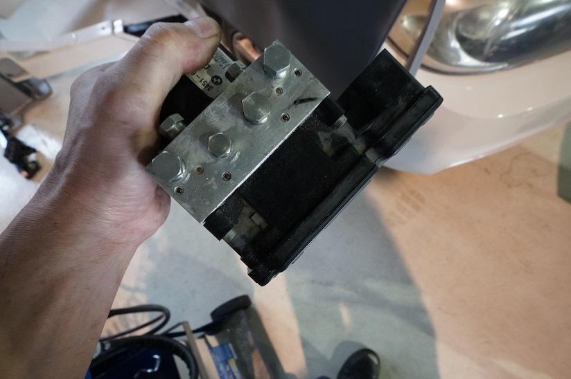 修理するABSユニットです。